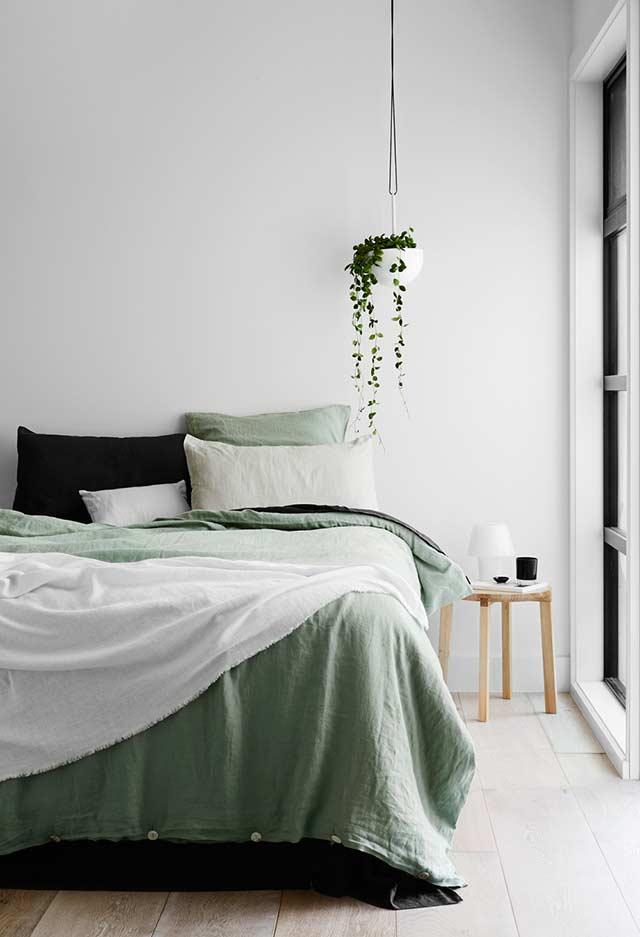 Quarto verde minimalista