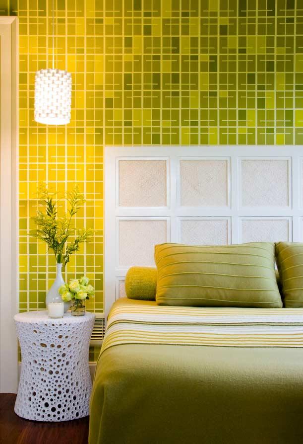 Verde lima na decoração do quarto, refletindo a iluminação