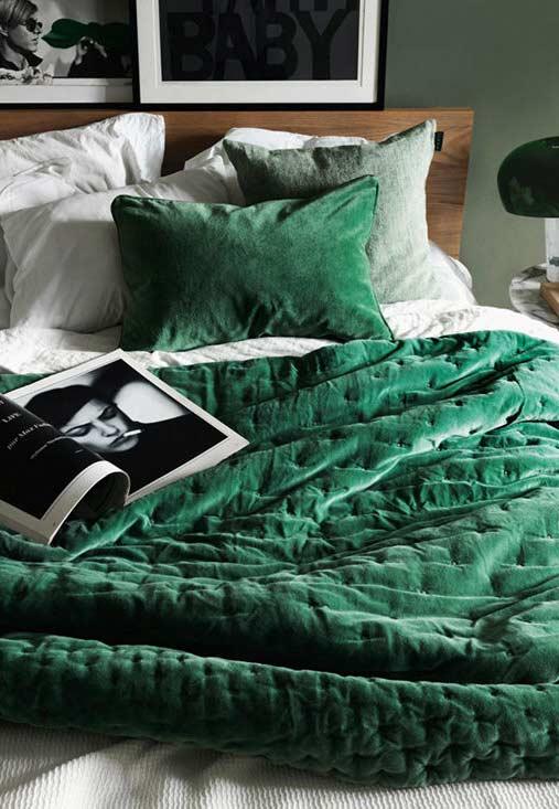 Verde esmeralda na roupa de cama