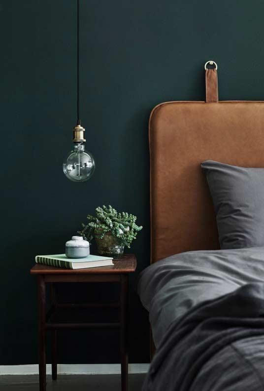 Quarto com combinação do verde escuro e marrom