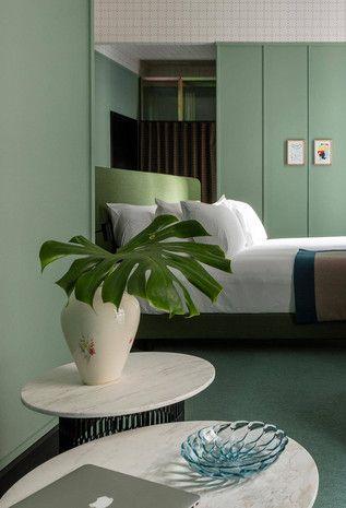 Folhas naturais em vaso no quarto verde claro