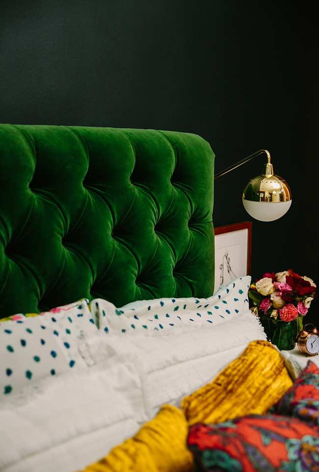 Cabeceira verde grama na decoração do quarto