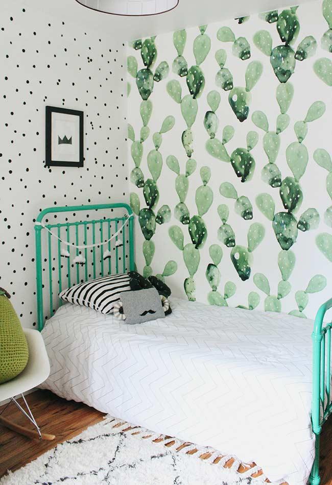 Cactus no papel de parede e verde água na estrutura da cama