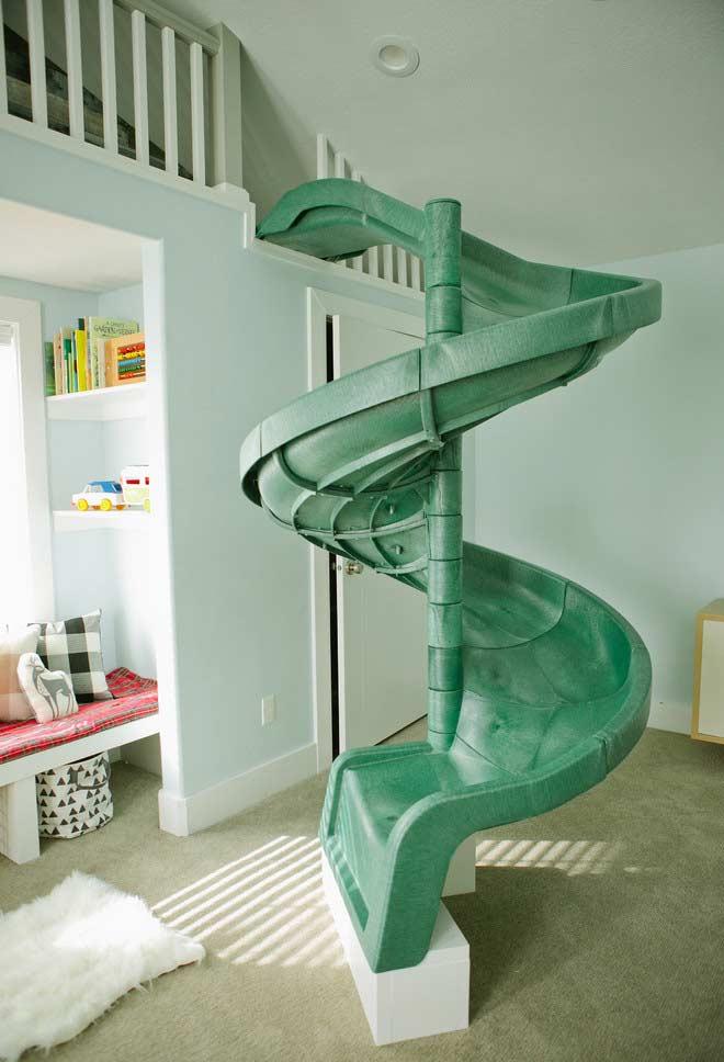 Diversão no quarto com escorregador verde