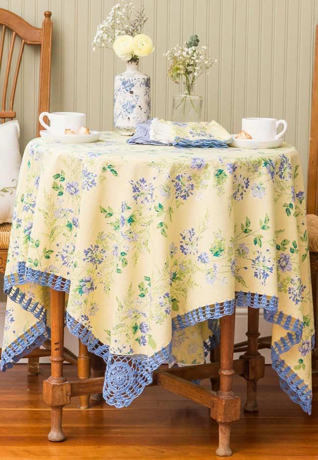 Toalha de tecido com flores e barrado em crochê