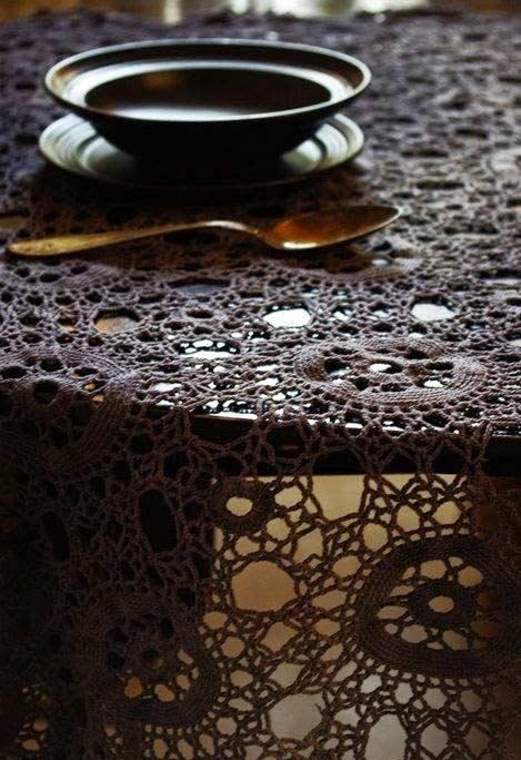 Toalha com barbante escuro para mesa redonda