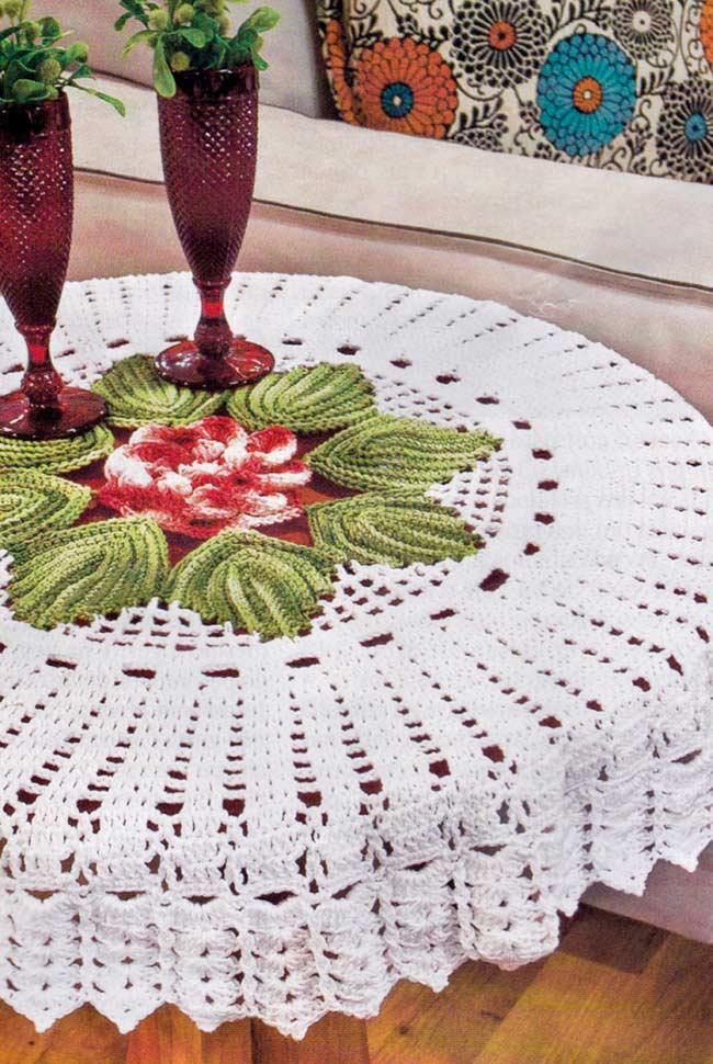 Centro florido e barbante grosso no trabalho em crochê