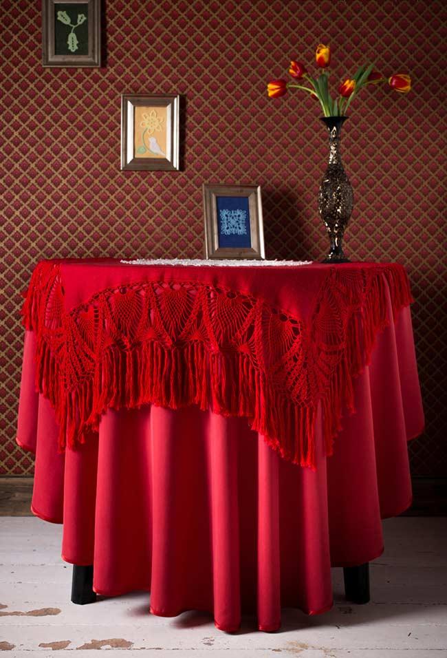 Toalha de tecido vermelha com barrado em crochê