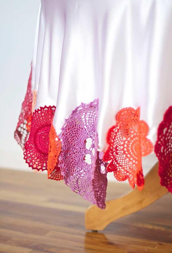 Toalha de tecido branca com barrado de crochê