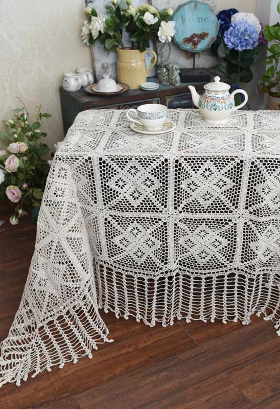 Toalha de crochê para uma mesa pequena de chá