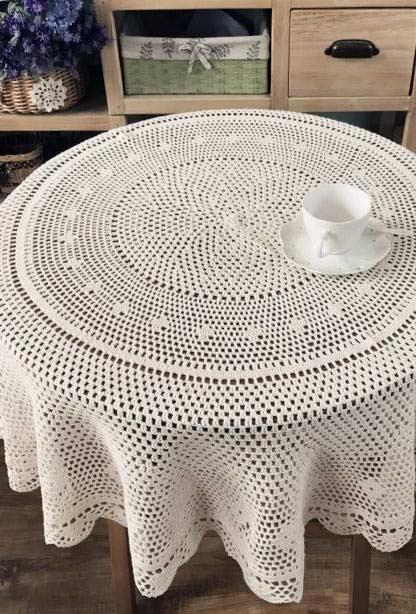 Toalha de crochê para uma pequena mesa redonda
