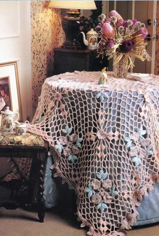 Toalha de crochê rosa com detalhes com barbante azul claro