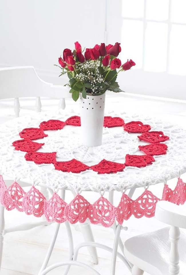 Toalha de crochê romântica com corações para mesa redonda
