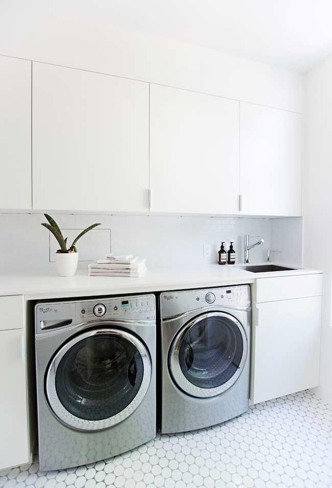 Área com máquina de lavar e secadora