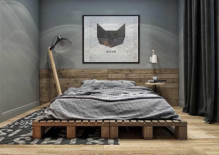 Estilo acompanhando todos os elementos do quarto com cabeceira de madeira