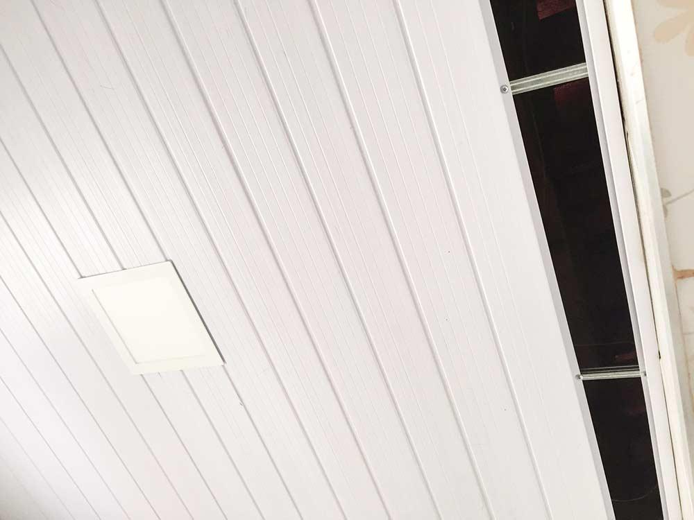 Forro de PVC durante instalação