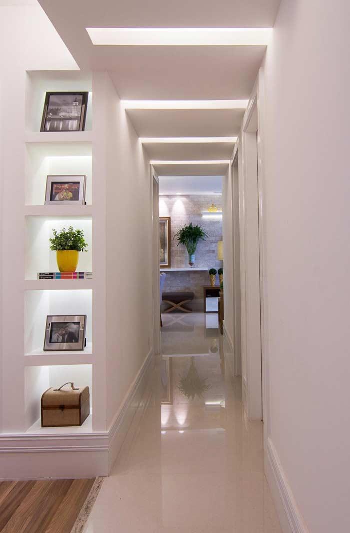 Iluminação diferenciada em corredor com teto de gesso