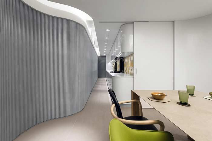 O resultado é um ambiente uniforme e integrado com teto de gesso