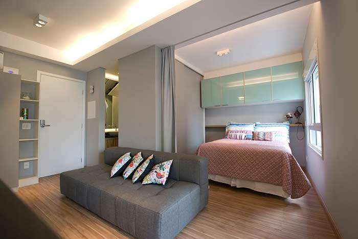 A sanca de gesso demarca os espaços dos ambientes no apartamento