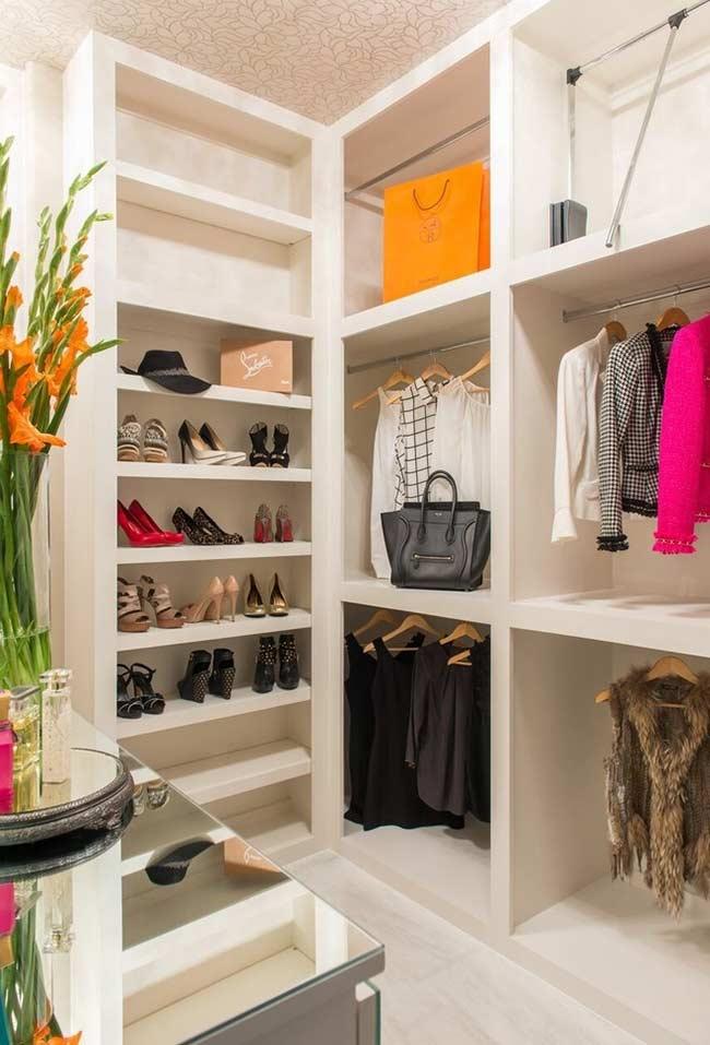 Cada tipo de sapato na altura específica em um closet planejado