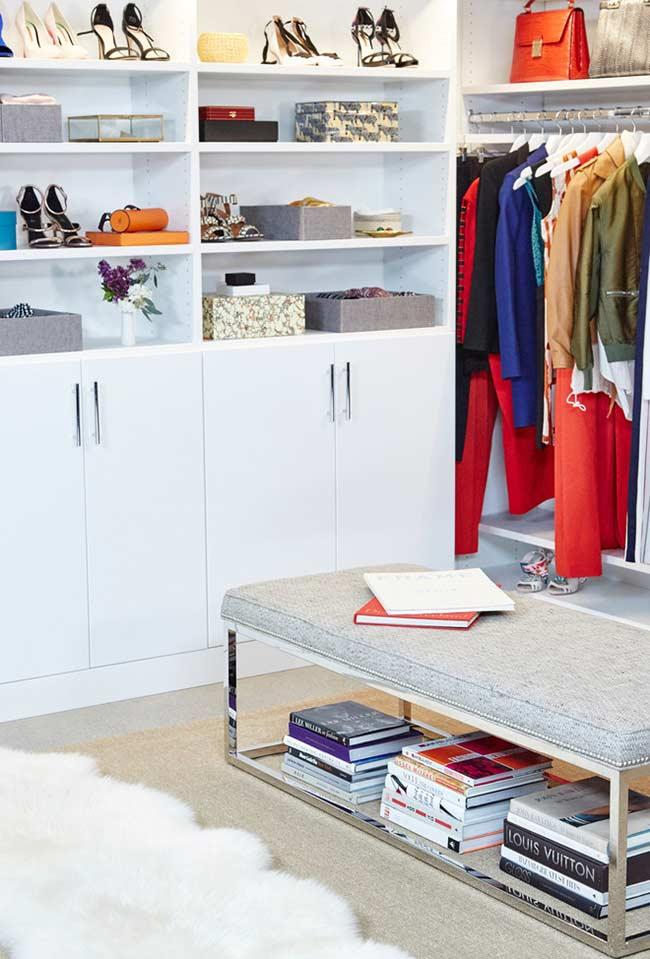 Livros e materiais de trabalho também no closet