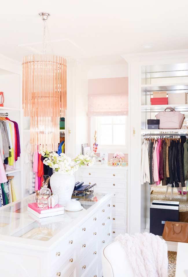 Uma cômoda central com várias gavetas de diversos tamanhos pode te ajudar a organizar os acessórios.