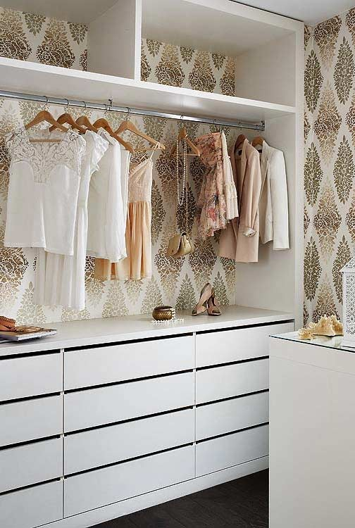 Closet planejado com papel de parede charmoso