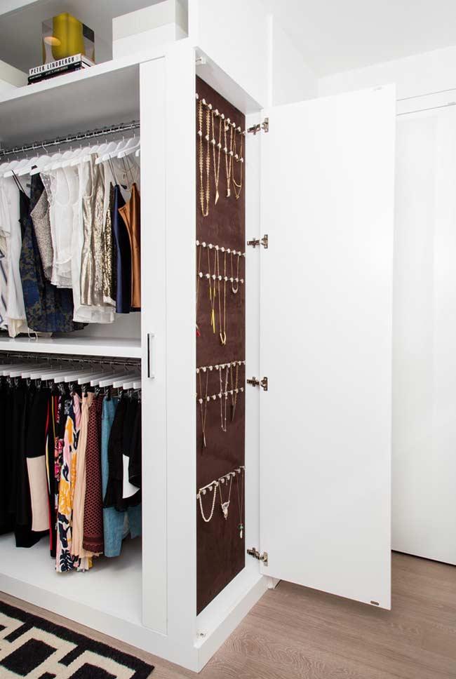 Porta secreta para bijuterias e jóias em closet planejado