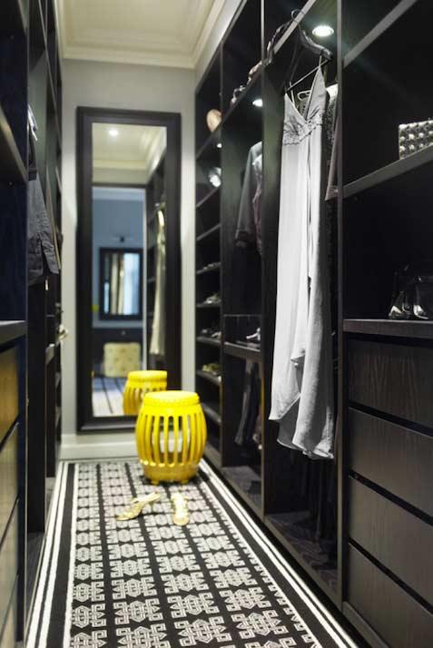 Banco amarelo em closet planejado