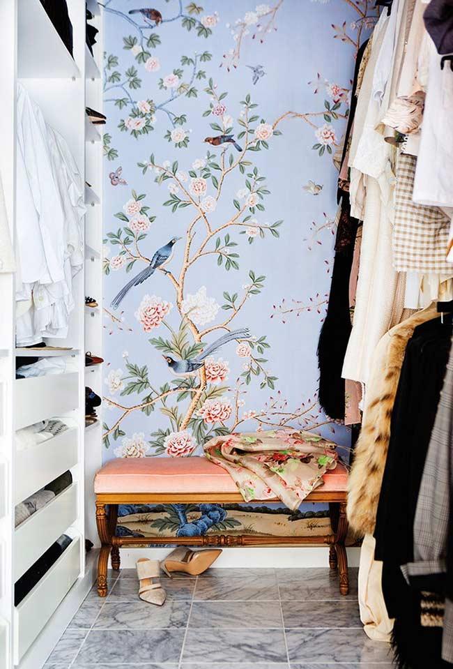 Closet planejado com papel de parede de flores