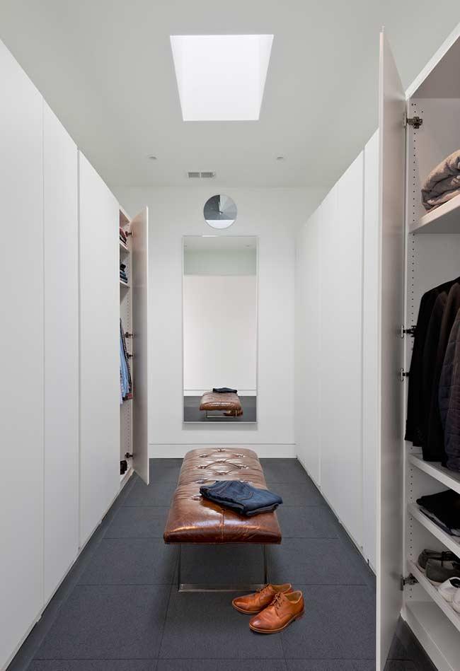 Closet planejado completamente com portas para deixar o ambiente menos carregado