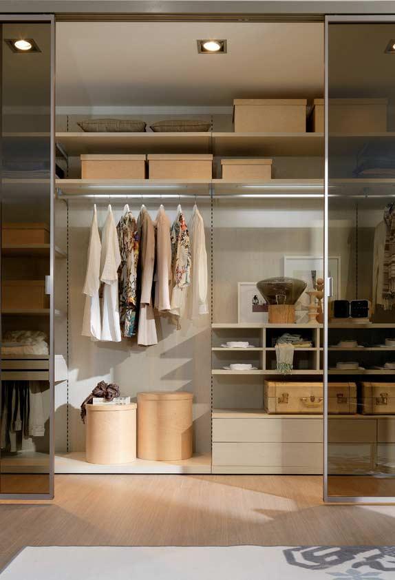Separe os ambientes do quarto e do closet com portas de vidro