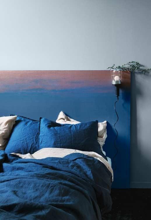 Pintura estilo pôr-do-sol em cabeceira azul