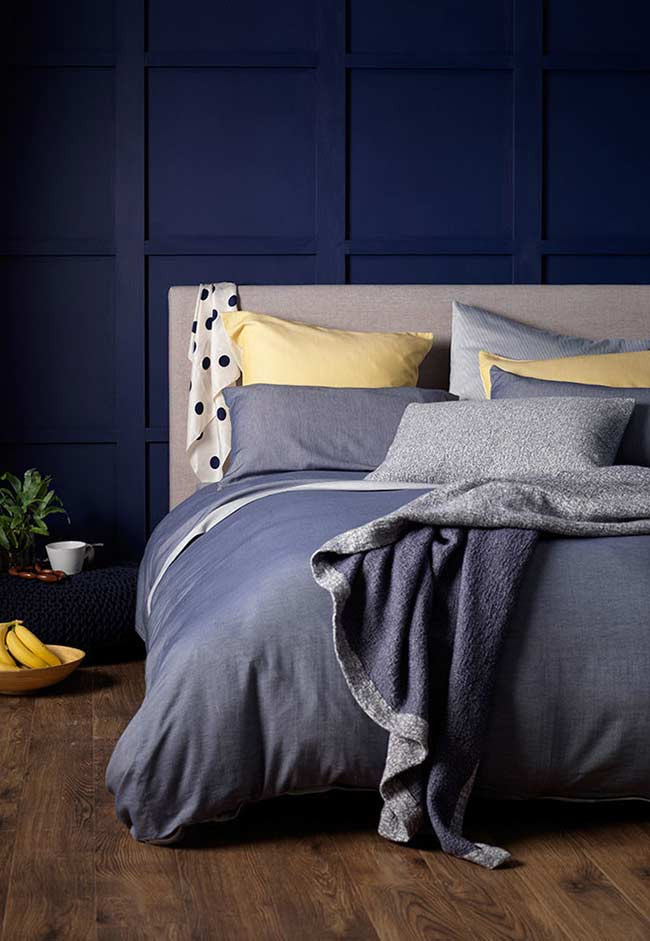 Combinação de cores primárias em um quarto azul
