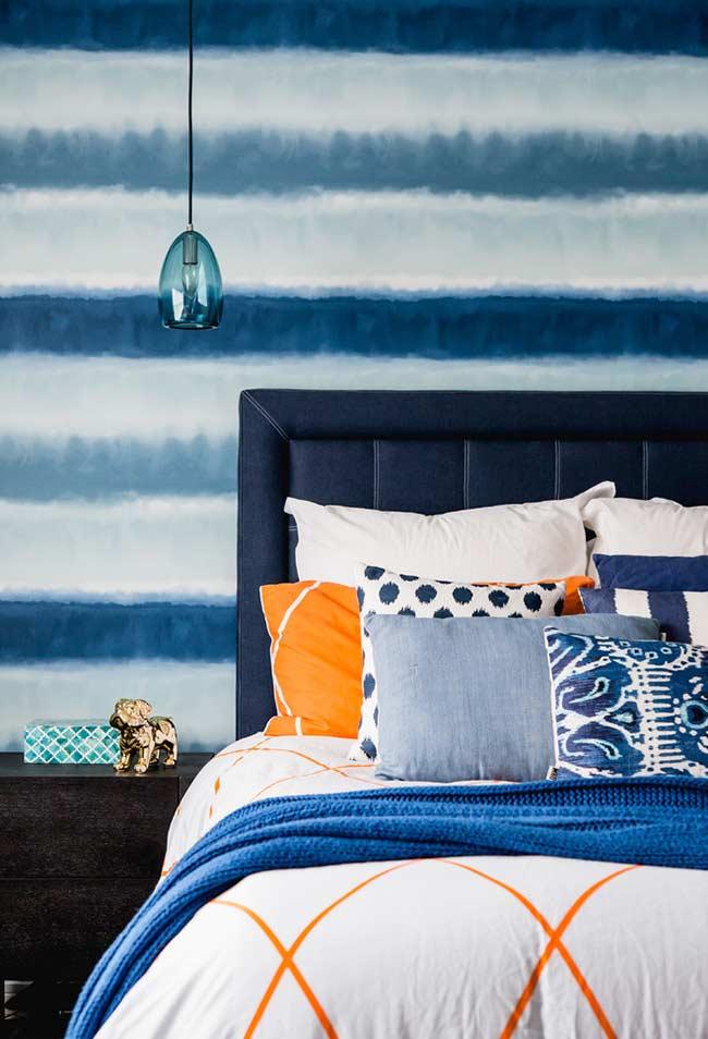 Laranja para destacar o azul no quarto