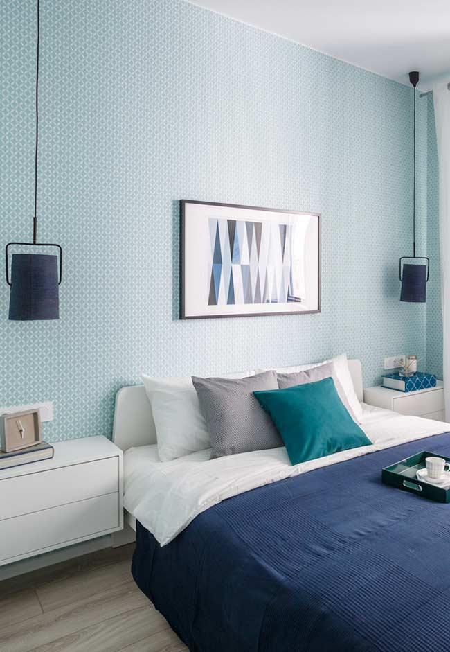 Quarto azul da parede até a cama