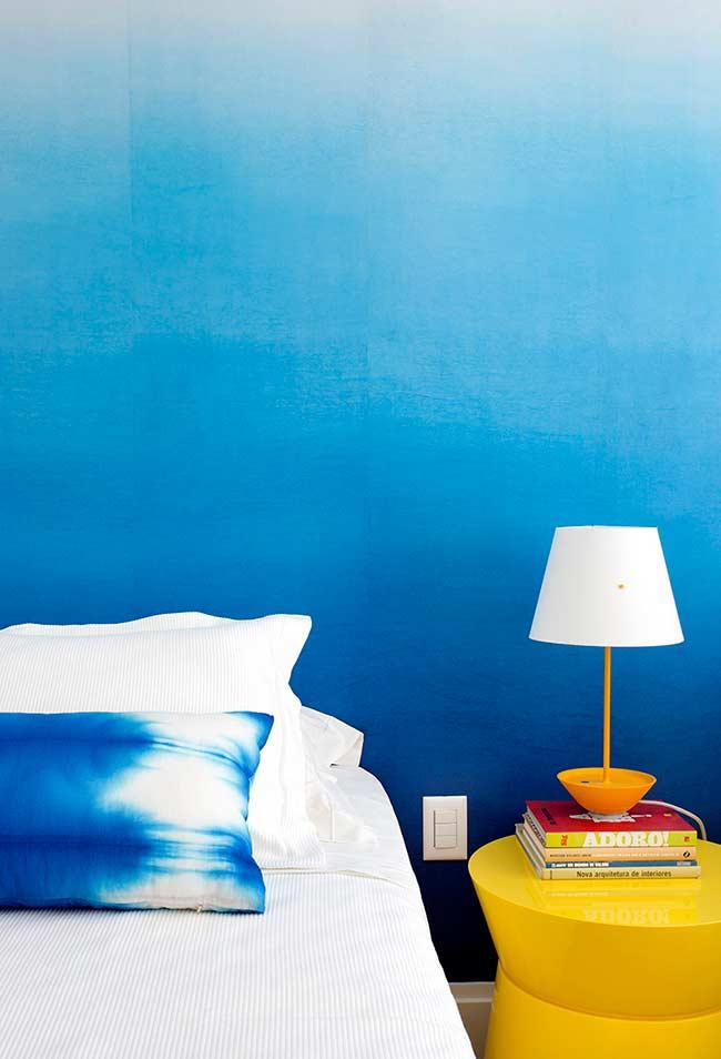 Cores quentes e vibrantes no quarto azul
