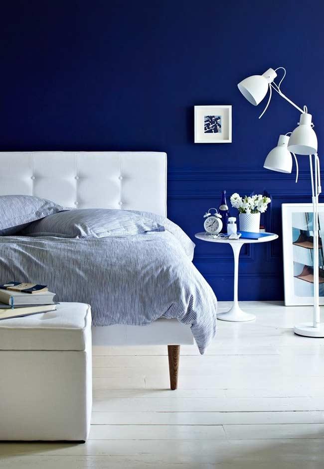 Contraste entre branco e azul vibrante