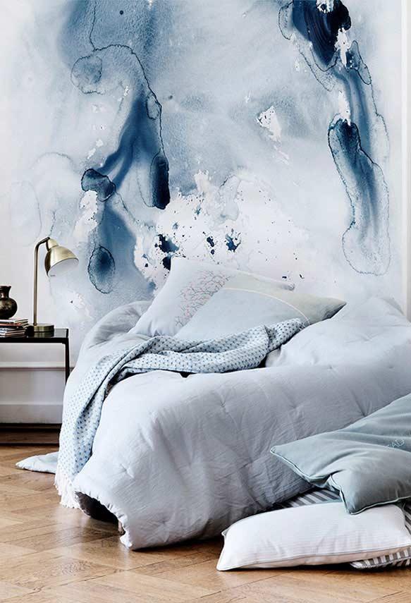 Pintura estilo aquarela e manchas azuis