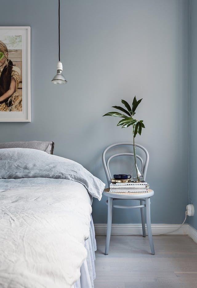 Azul claro que sai da parede e cobre os móveis