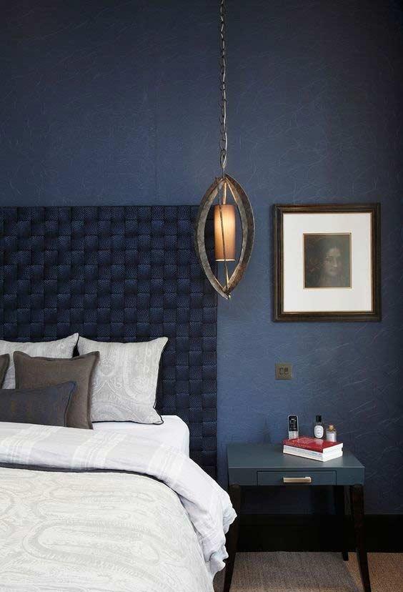Azul marinho e preto na decoração do quarto
