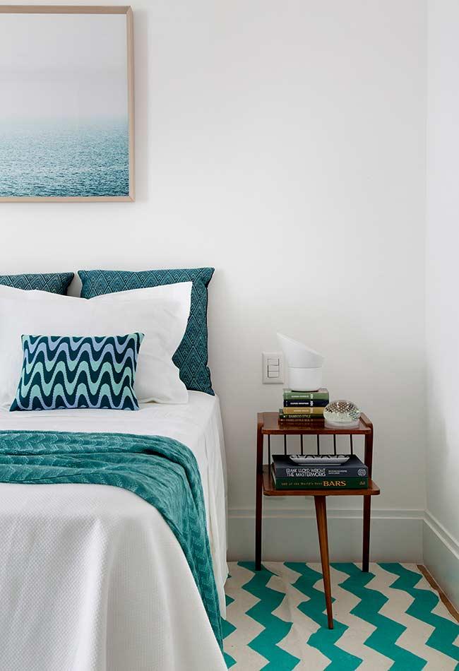 Padrão chevron branco e azul turquesa no quarto