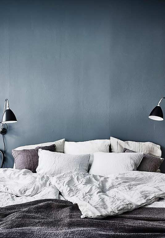 Clima tranquilo em quarto azul e cinza