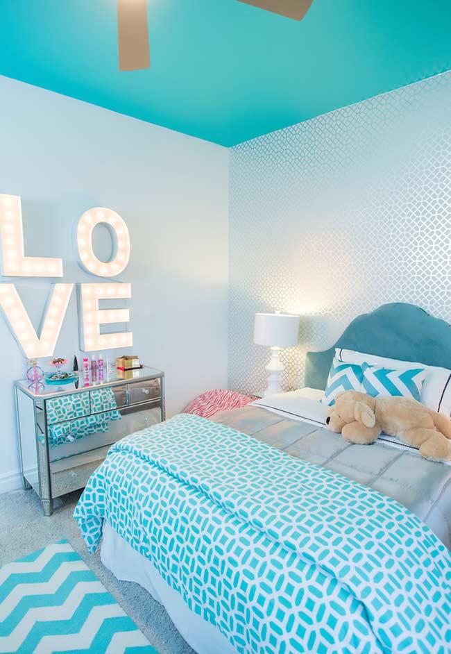 Teto colorido com azul no quarto infantil