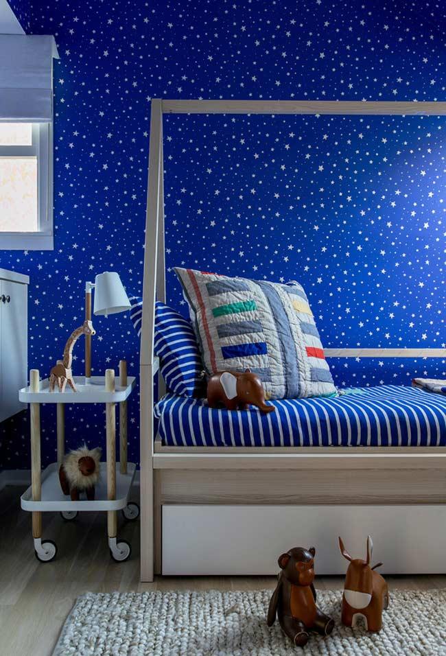 Quarto infantil com azul royal na parede