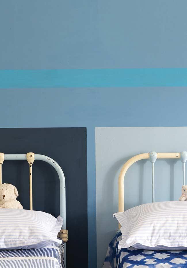 Dispense o papel de parede e forme padrões ou áreas coloridas com tinta