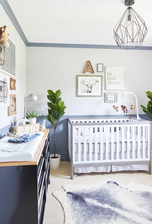 Azul na parede e no mobiliário também