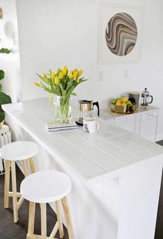 Mesmo para cozinhas maiores, os icônicos balcões ficam uma graça e ajudam a separar os ambientes.