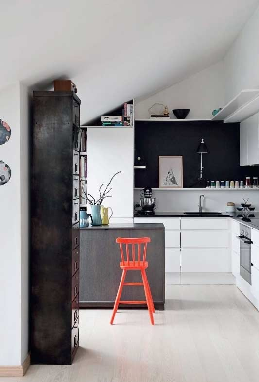 Cozinha americana simples em um ambiente com restrição de espaço