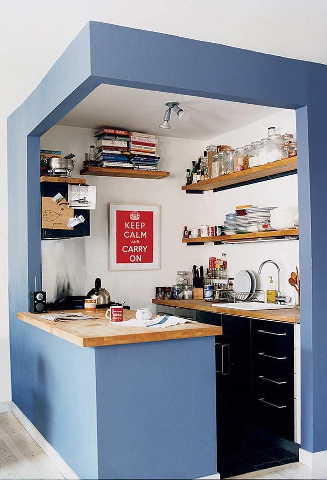 Cozinha americana simples e super barata com diversas prateleiras